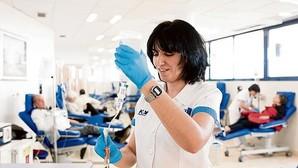 La enfermera Carolina Guinea junto a los pacientes en la sala de quimioterapia del Centro Integral Oncológico Clara Campal de Madrid