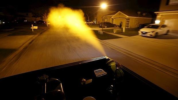 Un camión fumiga un barrio de Hillsborough County, en Florida