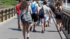 Estudiantes a la salida de un colegio en Valencia