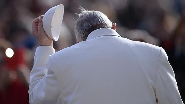 El Papa se quita el solideo en un momento de la audiencia general de este miércoles