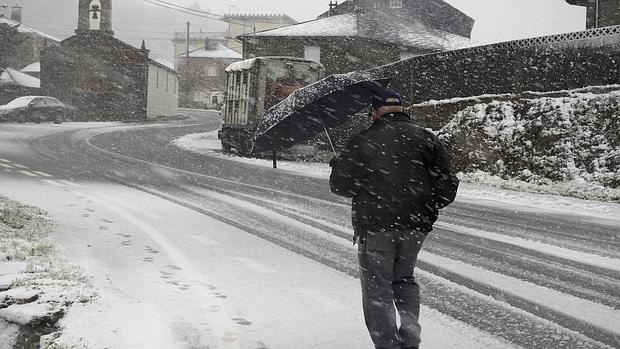 U vencino de O Cádavo (Lugo) se protege de la nieve