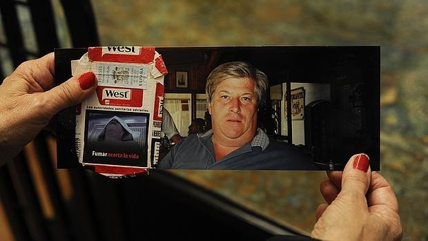 Anna Pérez sostiene la foto de su marido y el paquete de tabaco donde han visto la foto sin su permiso