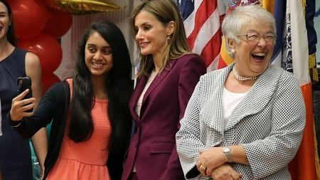 La reina Letizia, junto a Carmen Fariña (der.) y una alumna del colegio Dos Puentes, durante su visita a este centro educativo, ubicado en la zona hispana de Harlem, en Nueva York en septiembre de 2014