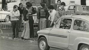 1975: jóvenes esperan su turno para someterse al examen del carné de conducir