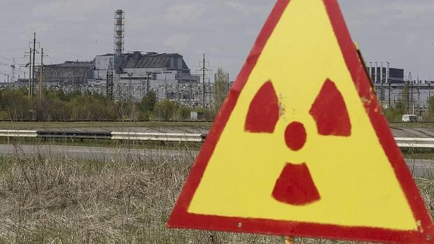 Una señal advierte contra el peligro nuclear cerca de la central de Chernobyl