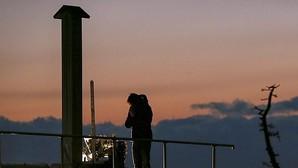 Una mujer reza junto a un monumento en memoria de las vícitmas, en la devastada localidad de Arahama, en el distrito costero de Sendai, en la perfectura de Miyagi (Japón). La zona quedó arrasada el pasado 11 de marzo de 2011 por un terremoto de magnitud 9 y un posterior tsunami que acabó con la vida de más de 18.000 personas