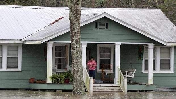 AUna mujer en la puerta de su casa en Bogulusa, Louisiana, afectada por una inundación