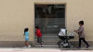 Una familia acude a un comedor social de Cáritas en Valencia