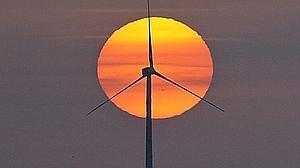 La inversión mundial en energías renovables duplicó en 2015 la destinada a centrales de carbón y gas