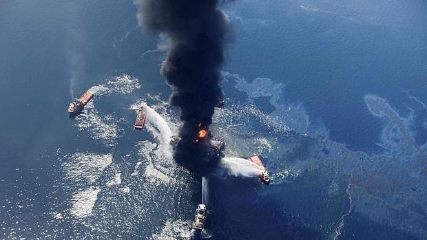 Incendio de la plataforma Deepwater Horizon en el Golfo de México en 2010.