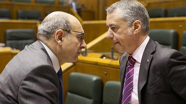 El lendakari, Iñigo Urkullu, y el consejero vasco de Salud, Jon Darpón, conversan al comienzo del pleno del Parlamento Vasco que aprobó la ley de Adicciones y Drogodependencias