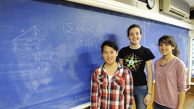 Lucía, Berta y Victoria,son tres de las cuatro alumnas españolas más brillantes, elegidas para competir por primera vez en la Olimpiada Matemática Femenina Europea