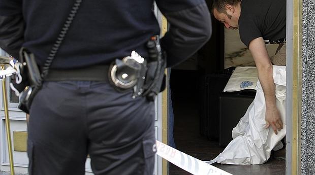 La Policía Nacional continúa con la búsqueda del supuesto autor de la muerte de Yolanda J.J., incluida en un programa de violencia de género, y que falleció ayer domino gtras recibir cerca de una docena de puñaladas que le causaron la muerte en el interior de su vivienda en Salamanca