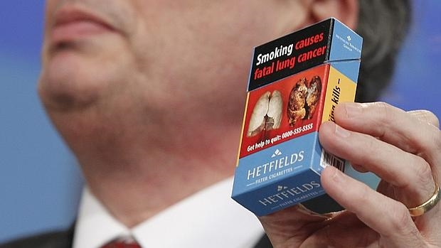 Cajetilla de tabaco con la advertencia seria sobre el empeoramiento de la salud por fumar, según la normativa de la Comisión Europea