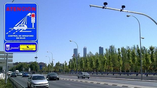 La Avenida de la Ilustración es uno de los 25 lugares de la capital donde se encuentran los llamados foto-rojos o semaforos caza multas
