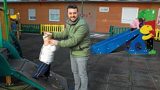 Sergio Díez dejó su trabajo para dedicarse a su hija.