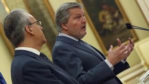 El ministro de Educación, Íñigo Méndez de Vigo (drcha.), que recibió al presidente de CRUE-Universidades, Segundo Píriz (izq.), la semana pasada tras el encuentro mantenido en la sede del Ministerio, en Madrid