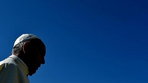 El Papa Francisco llega a la Plaza de San Pedro del Vaticano para celebrar su audiencia general