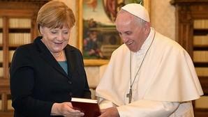El Papa y Angela Merkel intercambian regalos durante su audiencia privada antes de la entrega del premio Carlomagno al Pontífice