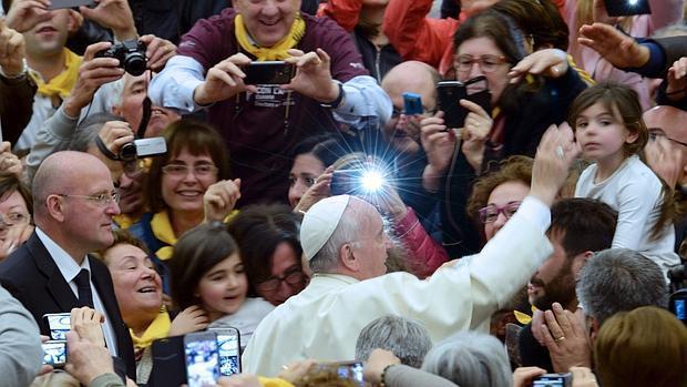 El Pontífice se dio un baño de multitudes tras la audiencia celebrada en el Vaticano con médicos voluntarios