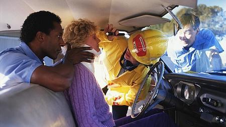 Técnicos sanitarios atienden a una mujer con lesión en las cervicales