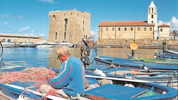 Un hombre, en el puerto de Acciaroli, Italia