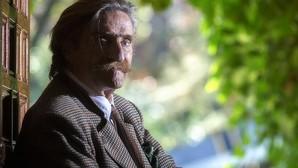 Miguel de la Quadra-Salcedo posa en su casa en la útima sesión fotográfica