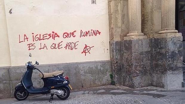Pintada en la puerta de la iglesia de la Trinidad de Córdoba