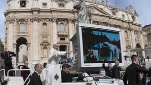 El Papa saluda a los feligreses congregados en la Plaza de San Pedro del Vaticano para su tradicional audiencia general de los miércoles