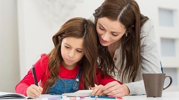 Una madre ayuda a su hija con los deberes