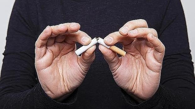 Los médicos recomiendan sustituir el cigarro de la comida por un paseo