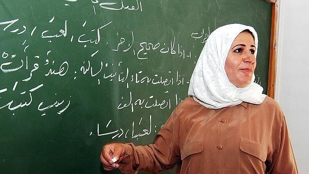 Una profesora iraquí impartiendo clase con el velo islámico