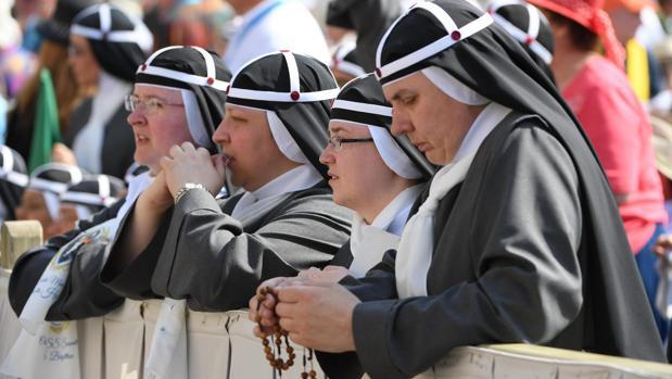 Monjas rezan a la espera de la misa para la canonización de María Elizabeth Hesselblad