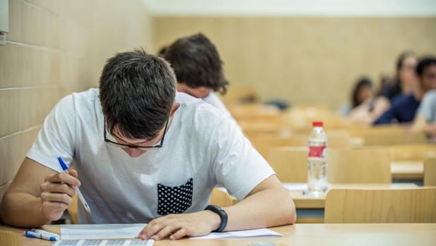 Un alumno revisa un examen