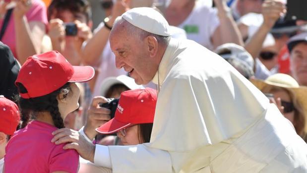 El Papa saluda a unos niños durante la audiencia de este miércoles
