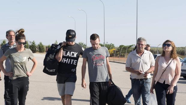 Alejandro Fernández, en el centro, acompañado de familiares y amigos, en la entrada de la prisión, el martes