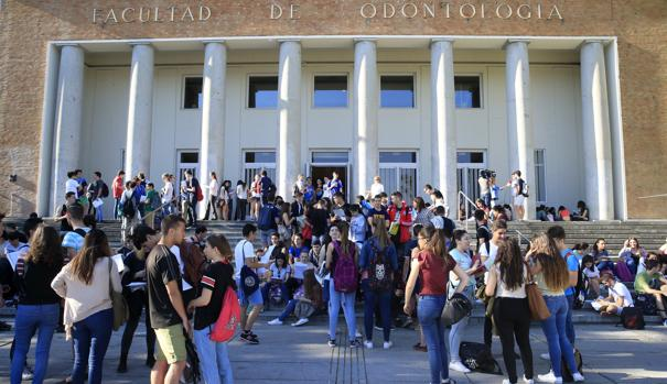 Varios estudiantes se concentran a las puertas de la Facultad de Odontología, en la Ciudad Universitaria, en Madrid, momentos antes del inicio de las pruebas de acceso a la Universida