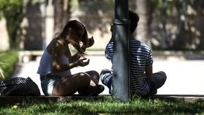 Una pareja disfruta del buen tiempo esta mañana en el Jardin del Turia. La Agencia Estatal de Meteorología en la Comunitat Valenciana presenta el balance climático del año hidrológico, el resumen climático de la primavera y la predicción para el verano