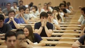 Estudiantes haciendo el examen de selectividad