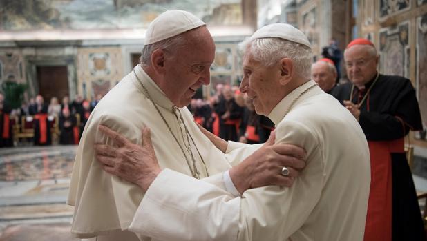 Francisco saluda a Benedicto XVI