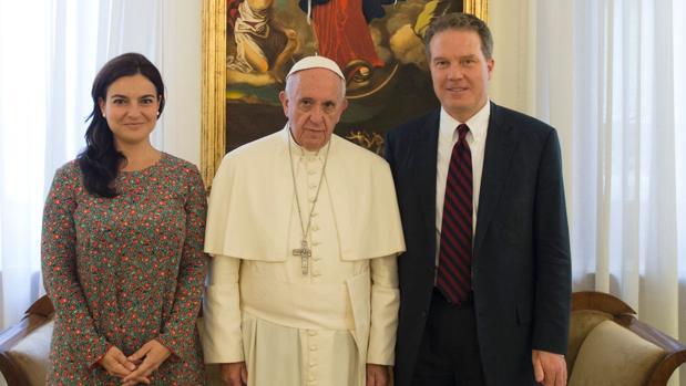 Paloma García Ovejero (a la izquierda del Papa) será la nueva viceportavoz del Vaticano. Greg Burke, a su derecha