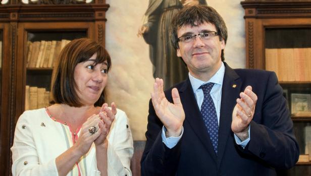 El presidente de la Generalitat , Carles Puigdemont , y su homóloga de Baleares, Francina Armengol