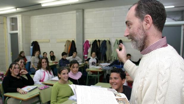 Un profesor imparte la clase de Religión en un instituto
