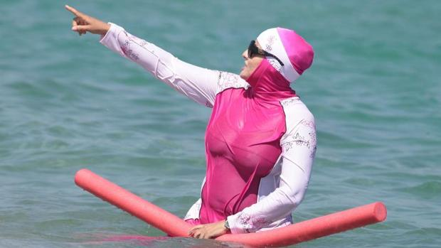 Una mujer se baña en Francia con un burkini