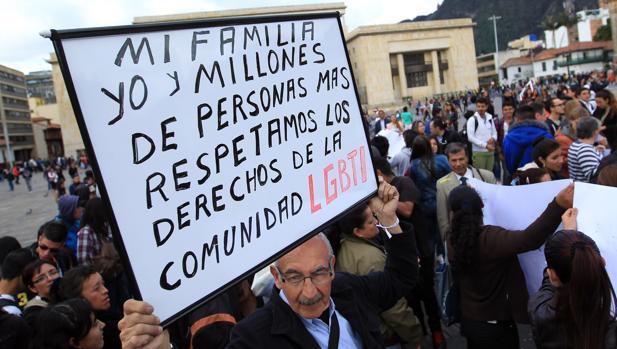 Un hombre sostiene una pancarta en favor del respeto a las personas LGBTI durante una manifestación pacífica contra la homofobia
