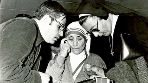 González-Balado, con la Madre Teresa y una religiosa en el aeropuerto de Barajas en 1976