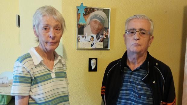 Janet Playfoot y José Luis González-Balado posan junto a una de las fotografías de la Madre Teresa que tienen en su casa