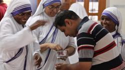 Las Misioneras de la Caridad reparten entre los fieles indios medallas de la Madre Teresa de Calcuta