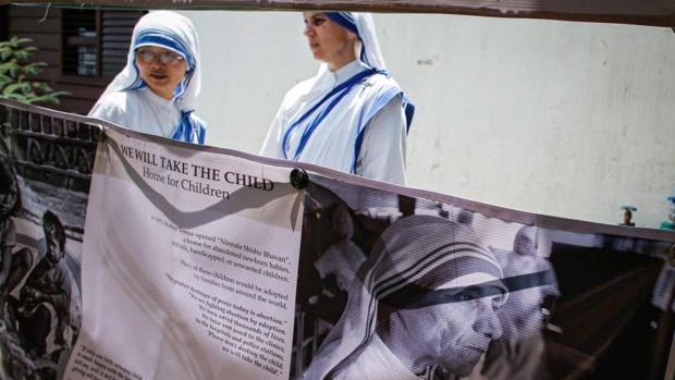 Monjas en una exhibición de la Madre Teresa en los Misioneros de la Caridad en Manila, Filipinas, el 2 de septiembre como parte de su canonización el próximo día 4
