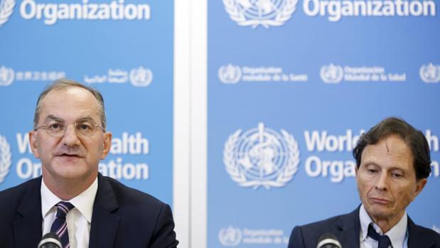 El director ejecutivo del Programa de Emergencias Sanitarias de la Organización Mundial de la Salud (OMS), Peter Salama (izq.), y el presidente del Comité de Emergencias de la OMS, David Heymann, durante una rueda de prensa en Ginebra, en la que señalaron que la epidemia del virus del zika sigue constituyendo una emergencia sanitaria de alcance internacional